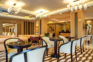 The lounge or bar area at Landmark Creek Hotel & Wellness