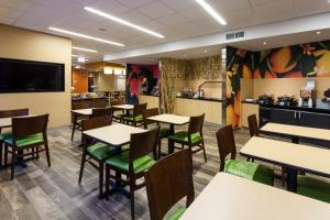 A restaurant or other place to eat at Fairfield Inn and Suites Chicago Downtown-River North