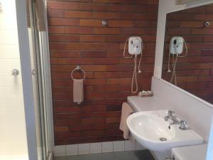 A bathroom at Tambo Mill Motel & Caravan Park