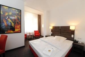 A bed or beds in a room at Best Western Hotel Kaiserhof