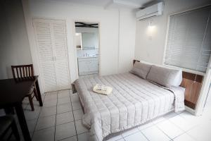 A bed or beds in a room at Miami Shore Apartments & Motel
