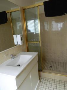 A bathroom at Miami Shore Apartments & Motel
