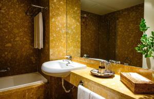 Uma casa de banho em Hotel Fonte Santa