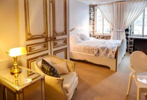 A bed or beds in a room at Auberge Place d'Armes