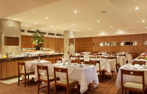 A restaurant or other place to eat at Windsor Copa Hotel