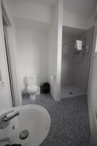 A bathroom at Tartan Lodge