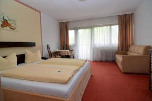 A bed or beds in a room at Parkhotel Kirchberg