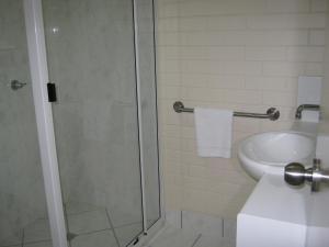A bathroom at Emu Park Motel