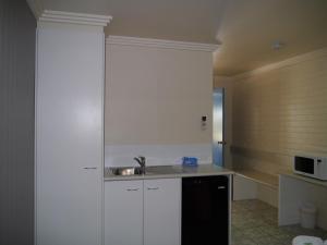 A kitchen or kitchenette at Emu Park Motel