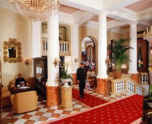 The lobby or reception area at Maritim Hotel Mannheim