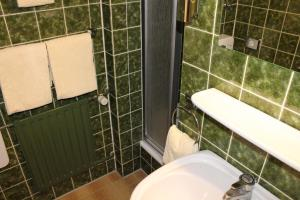 Ein Badezimmer in der Unterkunft Hotel Grunewald