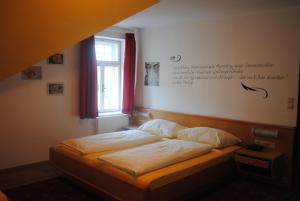 A bed or beds in a room at Hotel Mariandl