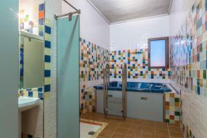A bathroom at Hotel Riopar Spa