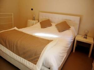 Un pat sau paturi într-o cameră la Residenza il Nespolo - Estella Hotels Italia