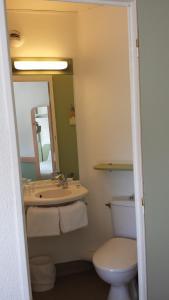 A bathroom at Ibis Budget Marseille Valentine
