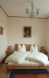 A bed or beds in a room at Koelsche Kluengel