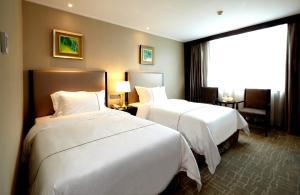 سرير أو أسرّة في غرفة في فندق ماندارين