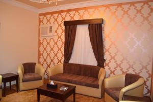 Uma área de estar em Arka Al Agniha Furnished Units