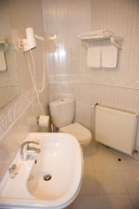 A bathroom at Pensiunea Eden Caransebes