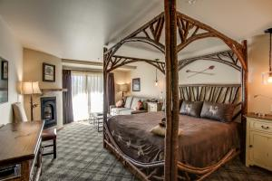 A bed or beds in a room at Bavarian Lodge
