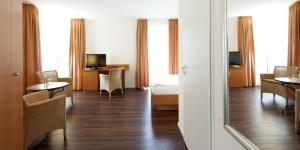 A television and/or entertainment centre at Hotel Ambiente