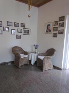 Ein Sitzbereich in der Unterkunft Hotel Zum Erker