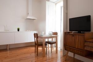 Uma televisão e/ou sistema de entretenimento em Coimbra Vintage Lofts Apartments