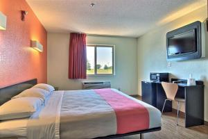 A bed or beds in a room at Motel 6-Gilman, IL