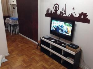 Uma TV ou centro de entretenimento em Apartamento Copacabana Prado Junior