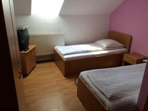 Un pat sau paturi într-o cameră la Pensiunea Simina
