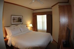 A bed or beds in a room at Osthoff Resort