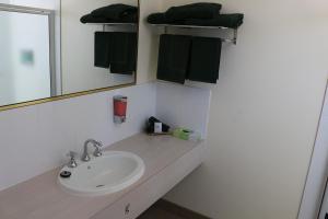 A bathroom at Bendigo Haymarket Motor Inn