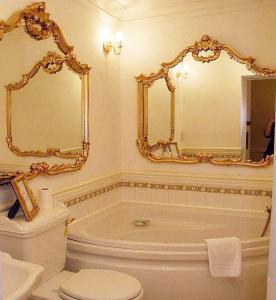 A bathroom at Munstone House