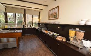 Een keuken of kitchenette bij A Little House In Rechavia