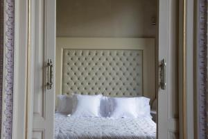 A bed or beds in a room at El Palauet Barcelona