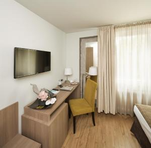 A television and/or entertainment centre at Art Hotel Aachen
