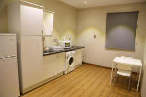 A cozinha ou cozinha compacta de Quiet Dreams - Al Murjan Branch