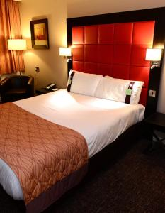 A bed or beds in a room at Holiday Inn Telford Ironbridge, an IHG Hotel
