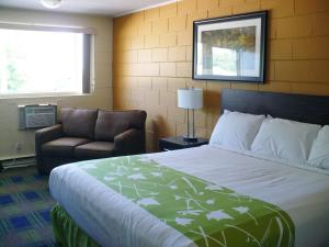 A bed or beds in a room at Westgate Inn