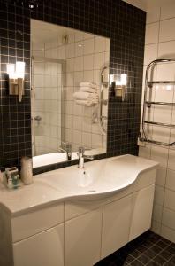 A bathroom at Quality Hotel Olavsgaard