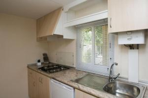 A kitchen or kitchenette at Camping La Aldea