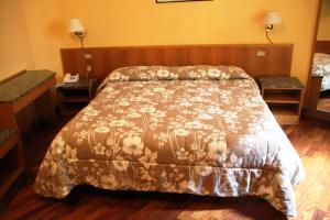 A bed or beds in a room at Hotel Vecchia Milano