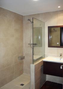 A bathroom at Apartamentos Turísticos Sagasta