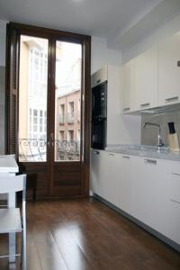 A kitchen or kitchenette at Apartamentos Turísticos Sagasta