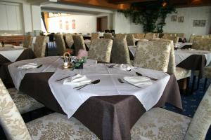 Ein Restaurant oder anderes Speiselokal in der Unterkunft Hotel Edelweiss