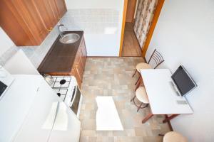 Кухня или мини-кухня в Busines Brusnika Apartment Tyoply Stan
