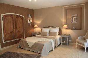 A bed or beds in a room at La Bastide de Soubeyras