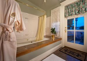 A bathroom at Inn San Francisco