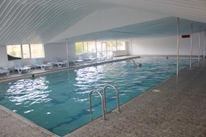 Der Swimmingpool an oder in der Nähe von Doc's Wellness & Spa Hotel