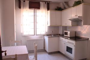 Una cocina o zona de cocina en A Traíña